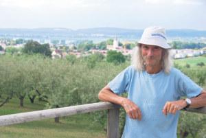 Der eigenwillige Bio-Bauer lässt auch andere an der schönen Aussicht im Pfaffenbühl teilhaben. (Bild: sb)