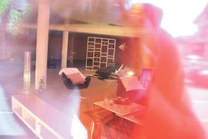 Die ersten Möbel von Fretz stehen schon bereit: Blick durch die Rote-Punkt-Scheibe des Gardencity an der Konstanzerstrasse. (Bild: sb)