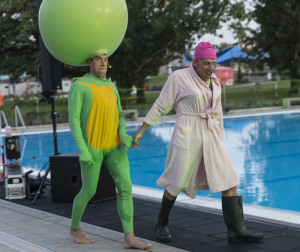 Glücklicherweise treten die zwei nicht ganz dichten Komiker im Schwimmbad auf. (Bild: René Tanner)