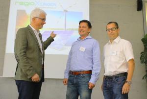 Gemeinsam in Richtung erneuerbarer Energien: Markus Portmann, Sven Fitz und Regio-Präsident René Walther diskutieren über Möglichkeiten regionaler Zusammenarbeit im Energiebereich. (Bild: zvg)