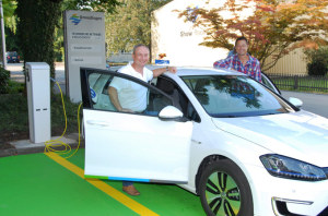 Das Foto zeigt Stadtrat Thomas Beringer und Roland Haerle, Leiter Energiemarkt, beim Laden des Fahrzeugs. (Bild: IDK)