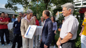 Geschäftsführerin Anna Jäger nimmt das Zertifikat entgegen. (Bild: zvg)