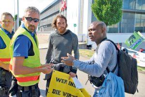 Organisator Rex Ora (re.) und ein Mitstreiter diskutieren mit der Polizei vor der Mowag in Kreuzlingen. (Bild: tm)