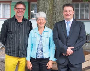 Annette Bichsel gab die Leitung der Jugendmusik nach 15 Jahren in die Hände von Kai Kopp. Vereinspräsident Ciril Schmidiger freut's. (Bild: zvg)