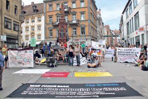 Rund 150 Menschen bei der Kundgebung auf der Konstanzer Marktstätte. (Bild: ek)