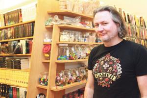 Michael Palm in seinem Comic- und Spieleladen Seetroll.(Bild: ek)