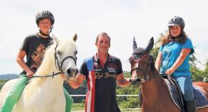 Michael Zumbühl mit seinen beiden Sprösslingen und Ponys.(Bild:ek)