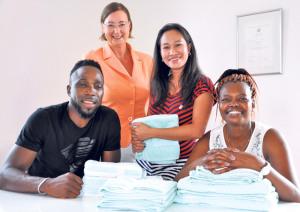 Silke Heit (hinten) mit ihren Kursteilnehmern (v. l. n. r.): Dennis Akala, Emilyn Affentranger und Asha Kazung-Fondo. (BIld: zvg)