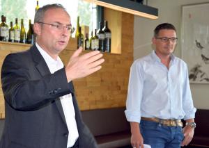 Thomas Beringer spricht auf Einladung des Kreuzlinger Gewerbes. Rechts im Bild dessen Präsident Andreas Haueter. (Bild: Thomas Martens)