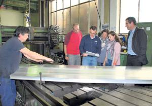 Franco Stramaglia von der Firma Neuweiler lässt Lehrer Markus von Siebental, Lehrmeister Stephan Marty, Christine und Jasmin Vonburger sowie Reto Rutz (v.l.) bei seiner Arbeit zusehen. (Bild: Thomas Martens)
