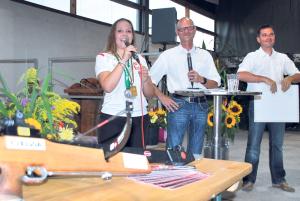 Nicole Bösch wurde von Walter Marty und Erwin Odermatt geehrt. (Bild: Thomas Martens)