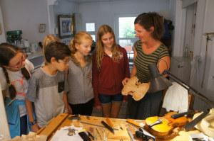 Neugierige Schülerinnen und Schüler der ISKK bei der Geigenbauerin. (Bild: zvg)