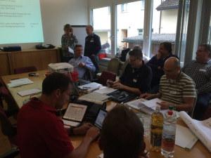 Mitglieder des Regionalen Führungsstabs an der Arbeit. Im Hintergrund sind Gemeindepräsidentin Fabienne Schnyder und Gemeindeschreiber David Blatter zu sehen. (Bild: RFS)
