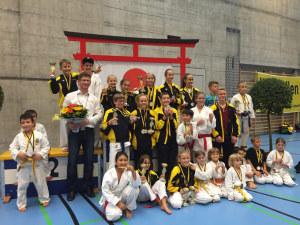 Reto Kern mit Nachwuchs-Karatekas. (Bild: zvg)
