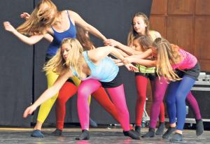 Das Kinderfest bietet Spass auf der Bühne und beim Spielen. (Bild: tm)
