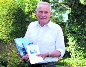 Mitveranstalter Adolf Jens Koemeda mit einer Auswahl der zu lesenden Bücher. (Bild: Thomas Martens)