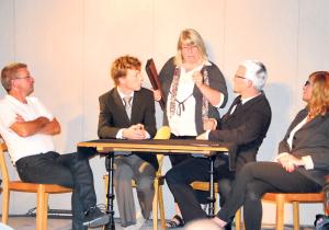 Von links: Kurt Peter (alias Heinz Theus), Björn Seydel (Ernst Zülle), Marion Gräf (Inka Bögle-Bölle), Lukas Huber (Andreas Netzle) und Antoinette von Massenbach (Dorena Raggenbass) zerreden das Stadthaus. (Bild: Thomas Martens)