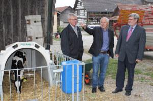 Hansjörg Huber (Mitte) zeigt Möglichkeiten für die Umnutzung landwirtschaftlicher Liegenschaften auf: Er übernimmt von Alfred Ernst (links) dieses Geschäftsfeld bei Fleischmann Immobilien von Werner Fleischmann. (Bild: zvg)