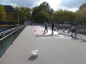 Zurzeit wird ein neuer Belag auf der Brücke angebracht. (Bild: zvg)