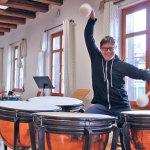 Haut ordentlich auf die Pauke: Kai Kopp, der neue Leiter der Jugendmusikschule.(Bild: ek)