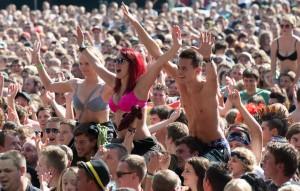 Fans feiern Bands. (Bild: Chris Daneffel)