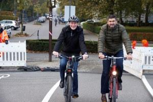 Bürgermeister Karl Langensteiner-Schönborn und Wolfgang Seez, Leiter des Tiefbau- und Vermessungsamtes haben die Radbrücke offiziell eröffnet. (Bild: zvg)