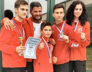 Die erfolgreichen Kämpfer mit Trainer Elson Kabashi (Mitte). (Bild: zvg)
