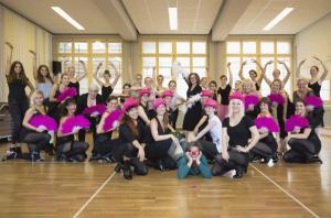 Freuen sich auf Sie: Hauptdarsteller und Tänzerinnen der Tanz-Show. (Bild: Oliver Kirstein)