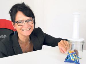 Wie verhält sich ein Mohrenkopf im Vakuum? Mit Experimenten will Monika Dudler Hochbegabten den Spass am Lernen fördern.(Bild: sb)