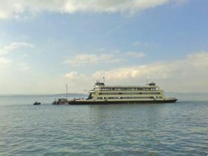 Die Besatzung der Fähre «Kreuzlingen» rettete einen Segler vor Meersburg aus Seenot und sicherte das Segelboot, das Leck geschlagen hatte. (Bild: zvg)