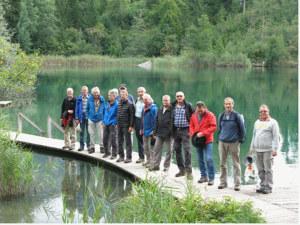 Die Gemütlichen posieren am Crestasee, die Zackigen sind schon voraus in der Beiz. (Bild: zvg)