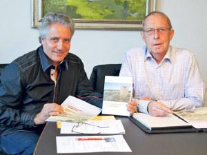 Sammeln derzeit Spenden für den Wiederaufbau des Napoleonturms auf Hohenrain bei Wäldi: Markus Thalmann (l.) und Karl Möckli. (Bild: sb)