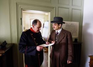 Oberst Moritz von Wattenwyl, gespielt von Andreas Matti, im Gespräch mit dem genialen Kryptografen André Langie, gespielt von Gilles Tschudi. (Bild: SRF/Christoph Lanz)