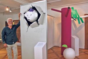 Nicht mit dem Kopf durch die Wand, sondern ausserhalb der Box musste Roger Cotting für die Ausstellung «Schwein gehabt» denken. Rund 20 Sprichwörter hat er dafür im Museum Rosenegg künstlerisch aufbereitet.(Bild: ek)