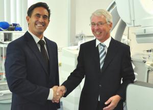 Stabübergabe im HZB: PD Dr. Klaus Tiroch (li.) und Dr. Frese im HZB-Herzkatheterlabor in Konstanz. (Bild: zvg)