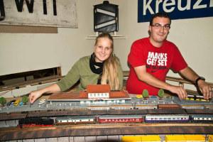 Die Vorstandsmitglieder Ingrid Gmünder und Reto Bösiger legen letzte Hand an, damit die diesjährige Advents- ausstellung des Modelleisenbahn-Clubs Kreuzlingen wieder ein voller Erfolg wird. Sie freuen sich auf zahlreichen Besuch und regen Eisenbahnbetrieb. (Foto: Berthold Halves)