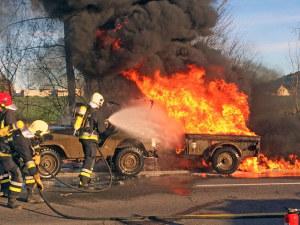 Beim Vollbrand der Fahrzeugkombination wurden keine Personen verletzt. (Bild: Kantonspolizei Thurgau)