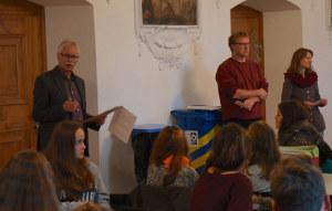 Rektor Lorenz Zubler und das Ehepaar Binotto erklären die PMS und den Konvikt. (Bild: zvg)