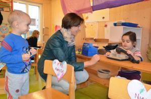 Regierungsrätin Monika Knill besucht im Rahmen der Medienkonferenz zum Konzept «Frühe Förderung Thurgau» die Sprachspielgruppe in Sulgen. (Bild: zvg)