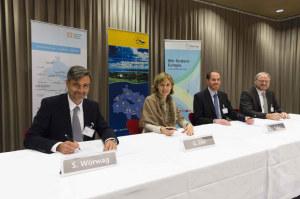Vertretende der Internationalen Bodensee Konferenz und Interreg unterzeichneten eine VEreinbarung, die zukünftig 6,2 Millionen Euro für die IBH-Labs garantiert. (Bild: zvg)