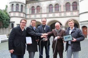 In der Konstanzer Innenstadt steht ein öffentliches WLAN-Netz kostenlos zur Verfügung: Guido Sondern, Geschäftsführer cyberLAGO, Stadtmarketing-Geschäftsführer Eric Thiel, Oberbürgermeister Uli Burchardt, Stadtwerke-Geschäftsführer Kuno Werner und mdbw-Geschäftsführer Jens Müller drückten den Startknopf. (Bild: zvg)