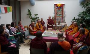 Nonne Sabine Tsering vom Verein Dharmakitiri aus Heuchelheim, D (Mitte) begrüsste die Anwesenden an der Eröffnung. Sie ist mit den Mönchen unterwegs und kümmert sich um die Organisation. (Bild: zvg)