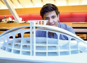 Miro Berger mit dem Modell seiner überdachten Tribüne.(Bild: Thomas Martens)