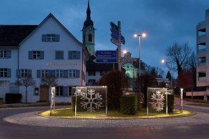 Die neue Adventsbeleuchtung am Rebstock-Kreisel, tanzende Schneeflocken. (Bild: Schwager)