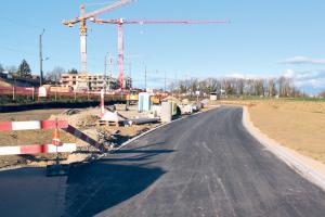 Rechts ist der neue Strassenverlauf zu sehen, links der rückgebaute Bereich, wo die Altlasten gefunden wurden. (Bild: Thomas Martens)