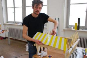 V. Keller legt beim Aufbau selbst Hand an. (Bild: zvg)