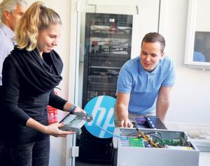 Betriebstage bei der Weihrich Informatik GmbH: Interessierte Schüler und deren Eltern lernten den Beruf des Informatikers näher kennen und wagten sich an erste Berufs-Aufgaben. (Bild: zvg)