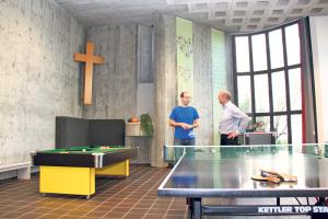 Mathias Wegmüller (l.) zeigt dem Gönner Klemenz Somm vom Schrofen-Hof, was mit seinen Spenden alles realisiert wird. (Bild: ek)