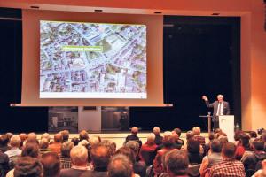 Die Präsentation des geplanten Stadthauses war gut besucht.(Bild: ek)