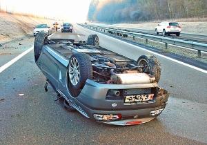 Beim Selbstunfall auf der Autobahn A7 wurden zwei Personen verletzt. (Bild: Kapo TG)